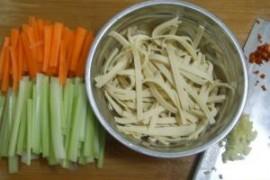 凉拌三丝的家常做法大全(胡萝卜丝、西芹丝、豆腐皮丝)